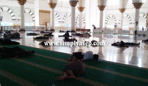 PENGECUALIAN : Sebenarnya ada larangan tiduran di atas karpet di Dalam Masjid Raya Mujahidin Pontianak ini. Namun dalam Ramadhan di 10 hari terakhir larangan itu dicabut. Foto Asep Haryono