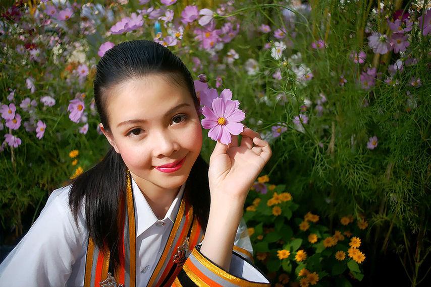 Mujer bonita en el jardín de las flores (Primavera)