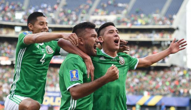La selección de futbol de México festeja su triunfo de 3-1 sobre El Salvador en el grupo C de la Copa de Oro 2017