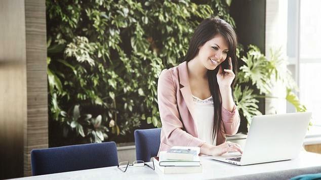 mulher telefone notebook escritório