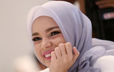 Tutorial Hijab Memakai Jilbab Pashmina ala Dewi Sandra