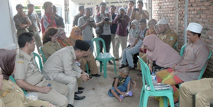 Wakil Bupati Karawang H. Ahmad Zamakhsyari saat memantau anak di tempat rehabilitasi.