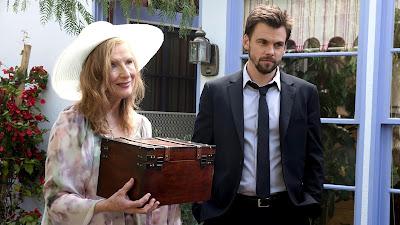Dawn (Frances Conroy) e Alex (Tommy Dewey) na 3ª temporada de Casual - Divulgação