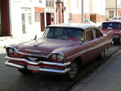 Kuba, Cienfuegos, museumsreifer Straßenkreuzer von vorne, rot mit weißem Dach, Heckflossen.