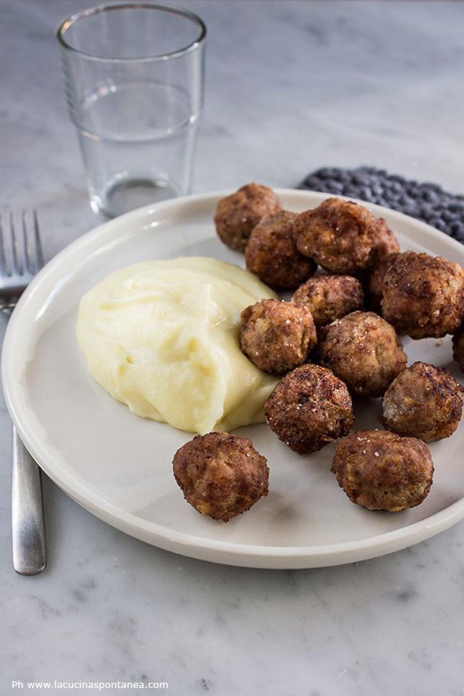 Immagine contenente piatto con polpette svedesi e purè