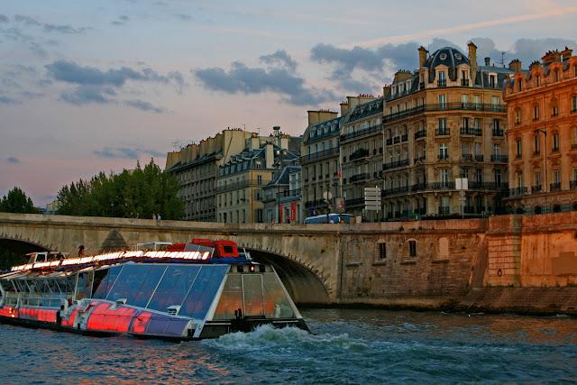Quai Voltaire. Seine. Paris. Набережная Вольтера. Сена. Париж.