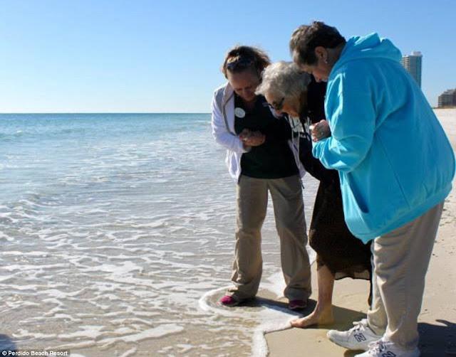 Nenek Ini Baru Melihat Laut Pertama Kali di Usia ke-104