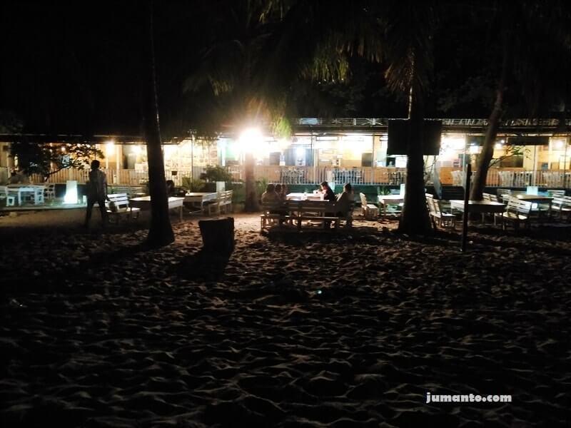 suasana pantai kemala balikpapan di malam hari