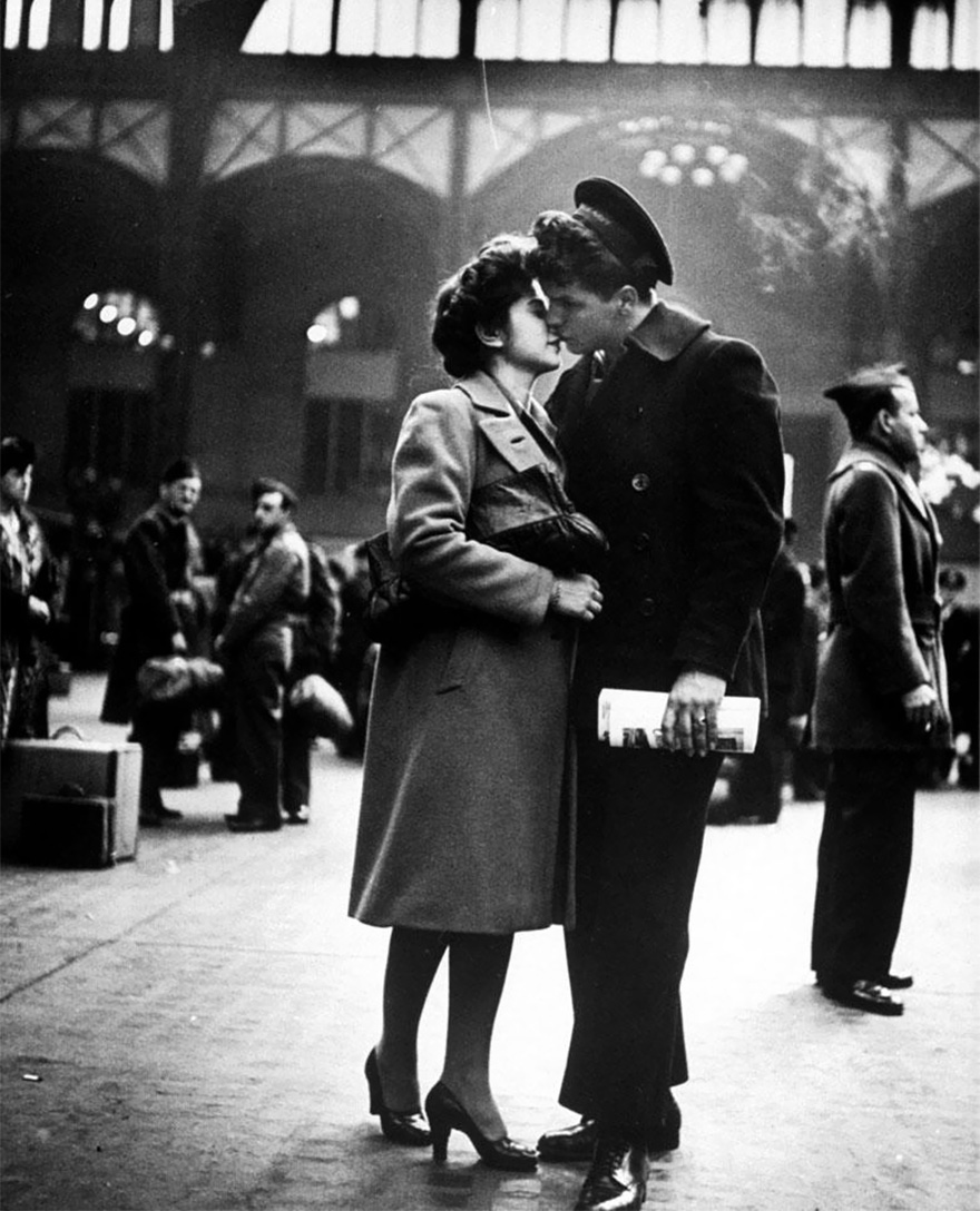 60 + 1 Heart-Warming Historical Pictures That Illustrate Love During War - Saying Farewell To Departing Troops At New York's Penn Station, April 1943
