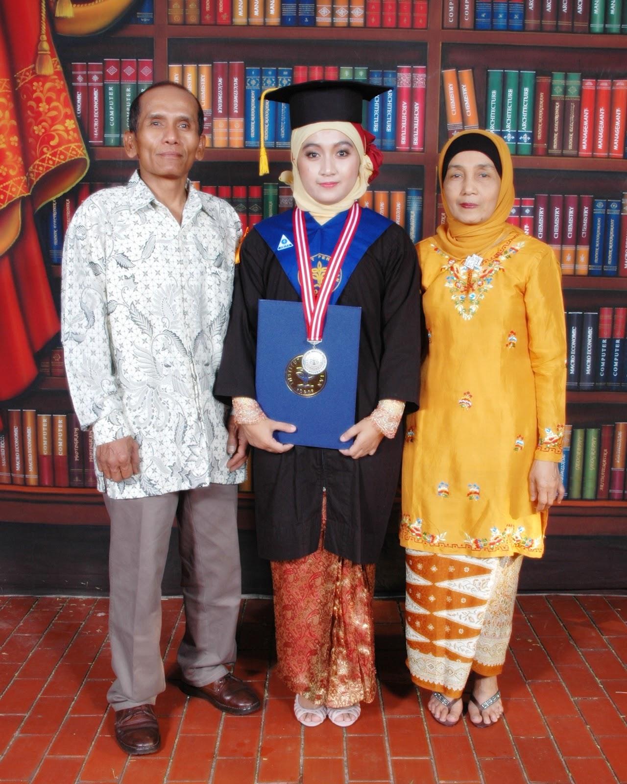 Gambar Foto Wisuda Bersama Keluarga
