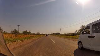 Movimento de veículos chegando em Santa Cruz de La Sierra / Bolívia.