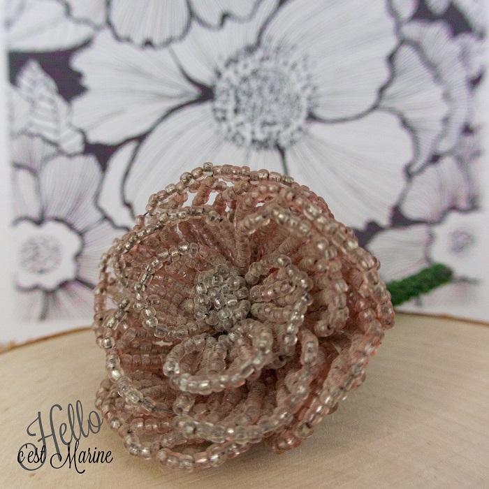 Pétales et coeur de la rose 3D en perles de rocailles tissée par Hello c'est Marine