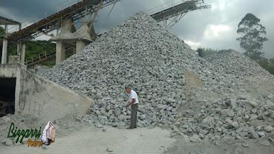 Bizzarri na pedreira fazendo o que mais gosta, garimpando tipo de pedra bruta com as cores de pedra para fazer as paredes de pedra, revestimento de pedra, calçamento de pedra, piso de pedra e pilares de pedra.