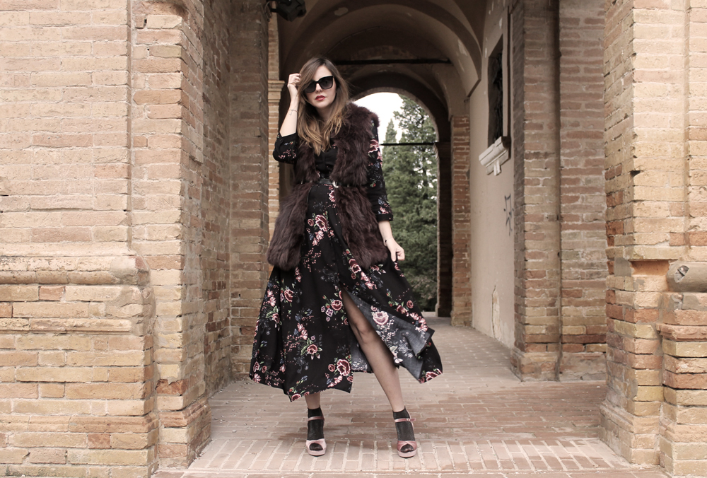maxi dress a fiori e gilet in pelliccia