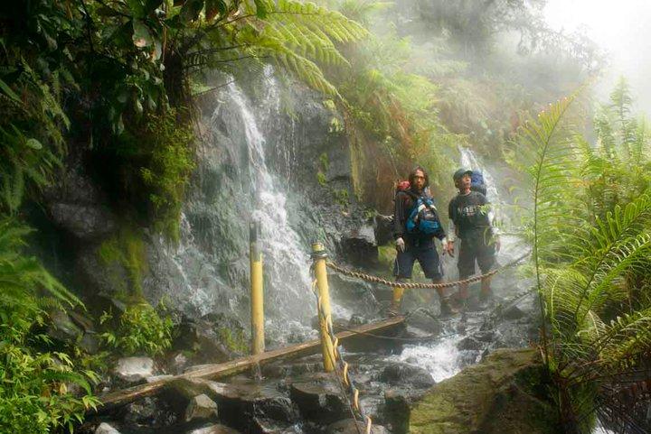 Sumber air panas dekat pondok pemandangan cibodas gede pangrango