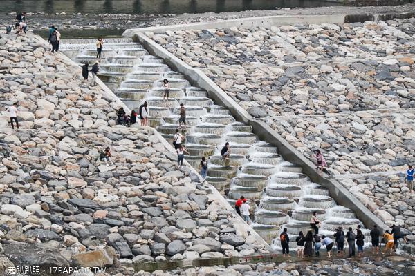 台中和平烏石坑秘境,魚梯豆腐岩就像土耳其棉堡,吸引網美朝聖