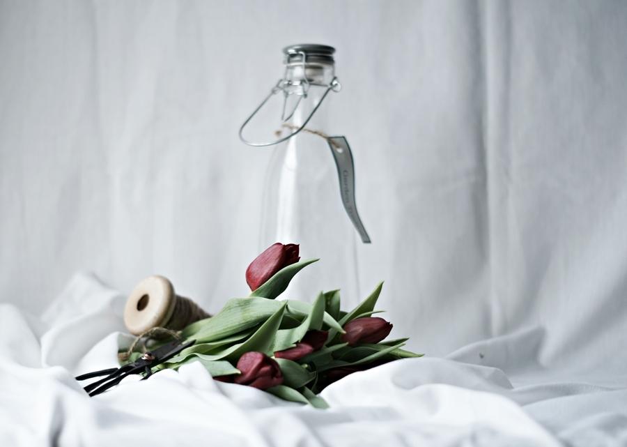 Blog + Fotografie by it's me! - Wohnen - rote Tulpen und weiße Tücher