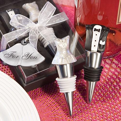 un set de tapones con vestido de novia y traje de novio, preparados para ir de boda como obsequio para tus invitados.