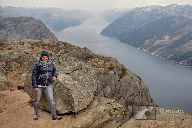 Widok na Lysefjord z półki skalnej Preikestolen.