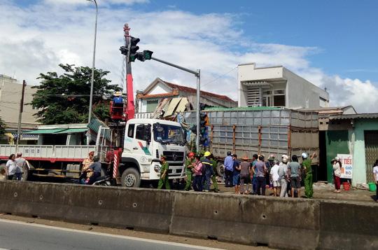 Quảng Ngãi Xe tải mất lái tông sập 4 nhà dân