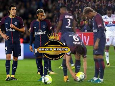 Neymar & Cavani Rebutan Pinalti Saat Melawan Olympique