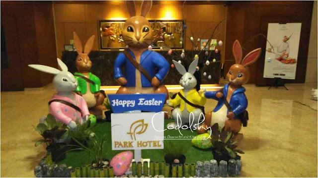 Dekorasi patung kelinci dan telor paskah dari styrofoam di hotel