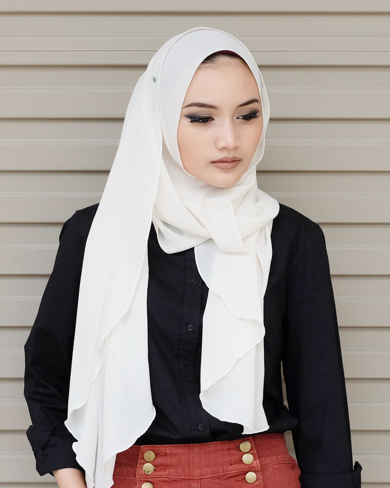 Hijabi Fashion Blogger Wearing ShawlbyVsnow