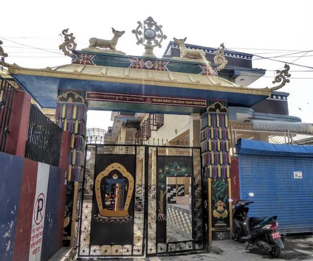 la porta d'ingresso del Sakya Tharig Monastery a boudhanath
