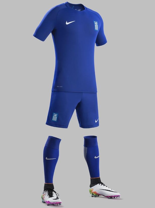 e55416106c541 A camisa reserva é totalmente azul com detalhes na gola e nas laterais do  uniforme em tom mais escuro.