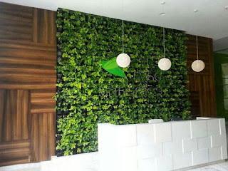 memasang-rumput-sintetis-dinding.jpg
