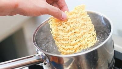Efek Makan Mi Instan Bagi Penderita Asam Urat