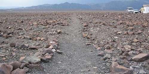 Algunos de los geoglifos fueron trazados retirando las piedras rojizas cubiertas de óxido de hierro que cubren el terreno.