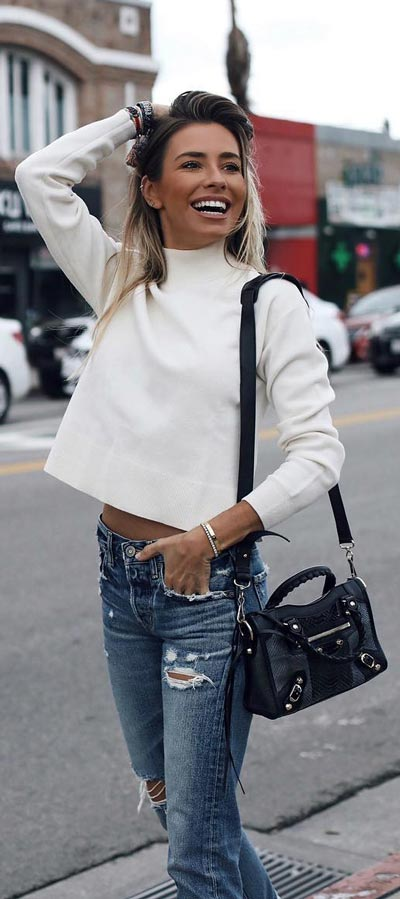 Want perfect jeans style? Check out these 30 Chic Casual Jeans Outfits that Never Go Out of Style. Find inspiration for skiny jeans outfit to highwaisted jeans, boyfriend jeans to flared jeans. Womens Jeans Fashion via Higiggle.com #jeans #denim #casual #chic