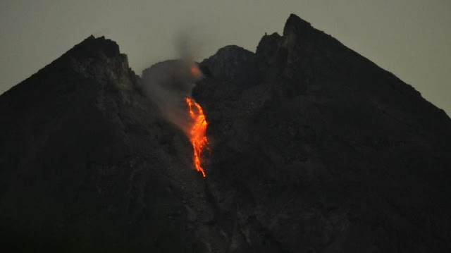 Ngeri! Gunung Merapi Waspada, Tampak Guguran Lava Pijar dari Puncak