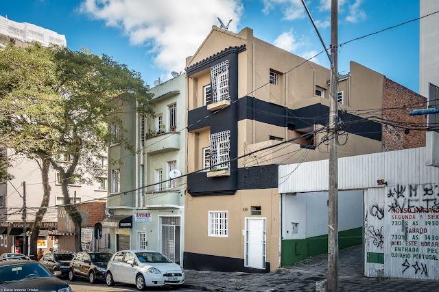 Dois pequenos edifícios na Rua Desembargador Ermelino de Leão.