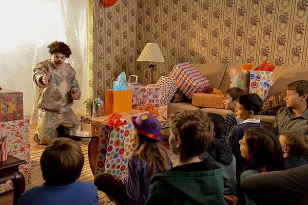 https://3.bp.blogspot.com/-KBh0dfk2oK4/WP78cR8_INI/AAAAAAAAJxQ/kxJlBgOl1K8-F9B0ydiSPVHhcHrS5JtnQCPcB/s1600/clown-movie-birthday-party.jpg