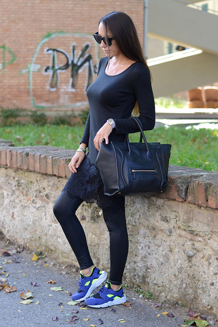 look total black scarpe colorate
