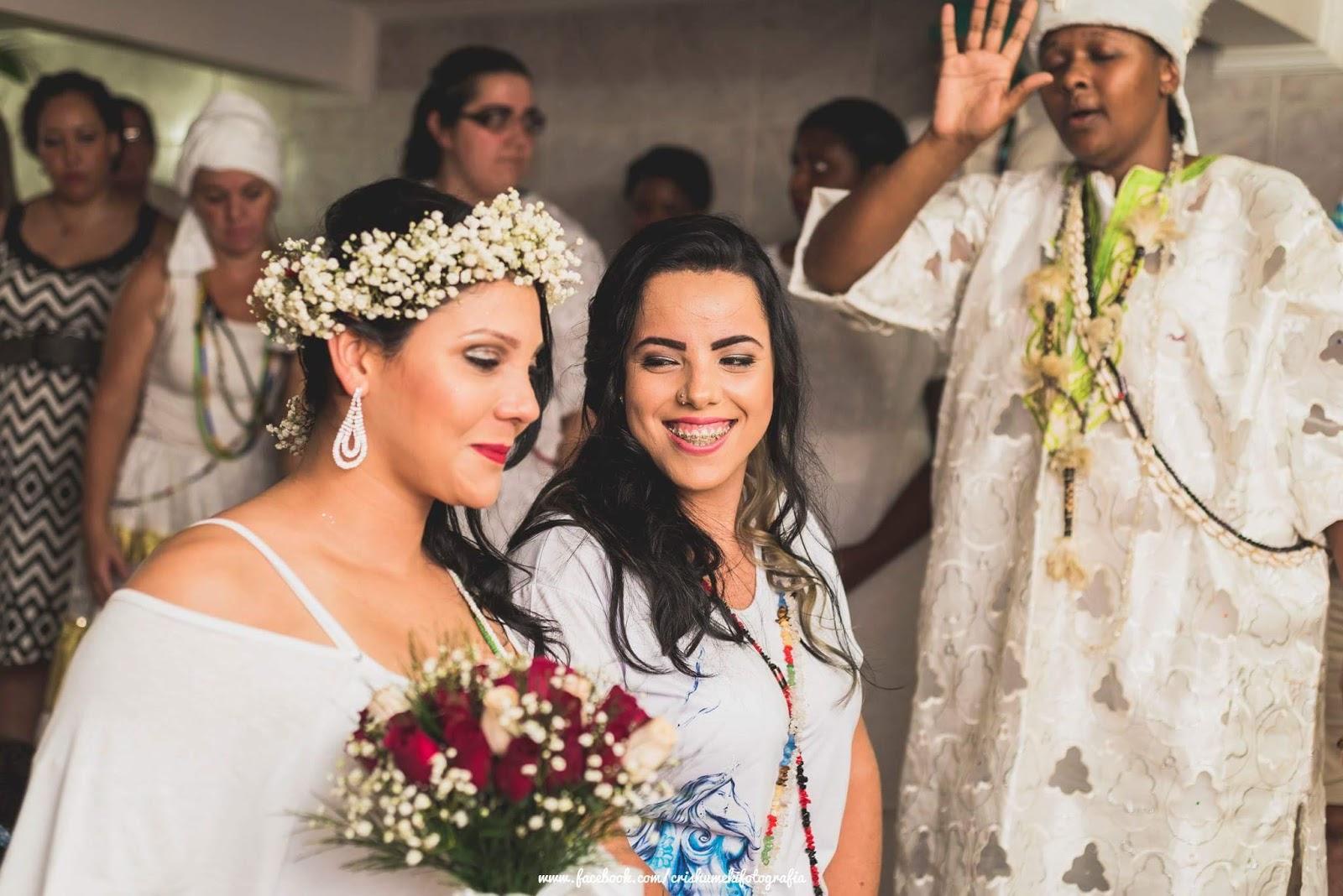 Fotos de casamento entre lésbicas em terreiro viraliza na web