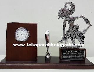 miniatur wayang werkudura lengkap dengan assesories jam dan tempat bolpoint