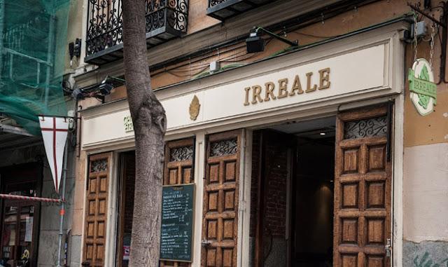 Fachada en Malasaña del Irreale cervezas, Madrid