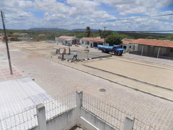 Prefeitura de Delmiro Gouveia avança na construção da praça central do Distrito Sinimbu