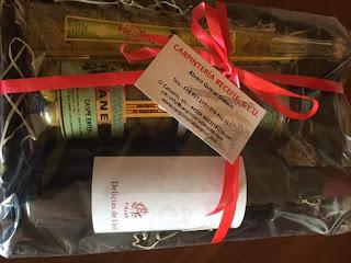 Carpintería Beceite S.L.U', de Alvaro Queral Gisbert añade un lote de productos: una botella de aceite; una de vino tinto; un bote de aceitunas; un paté; y chocolate. Teléfono: 699907233. www.carpinteriabeceite.com