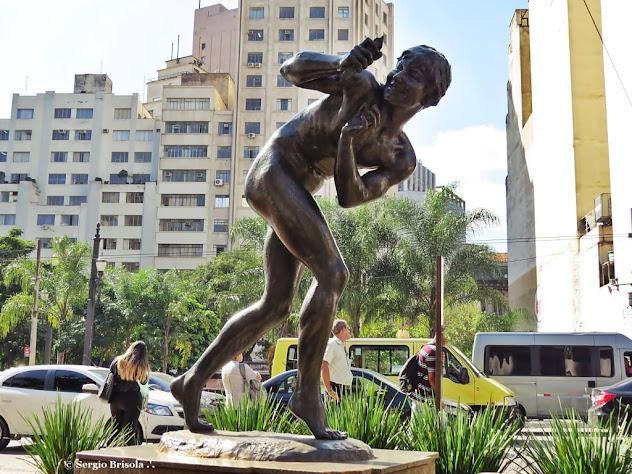 Close up da Escultura O Menino e o Catavento no Largo São Francisco - Centro - São Paulo
