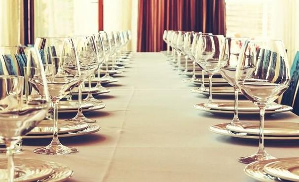 Πώς θα στρώσεις (σωστά) το τραπέζι για ένα δείπνο