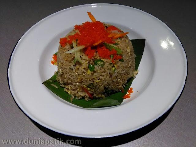 Nasi goreng bersama telur ikan