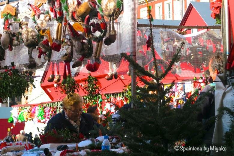 クリスマス用のお飾りを買い求めた笑顔の素敵な女性
