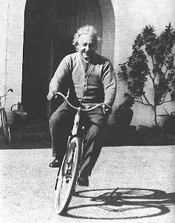 Albert Einstein sonriendo.