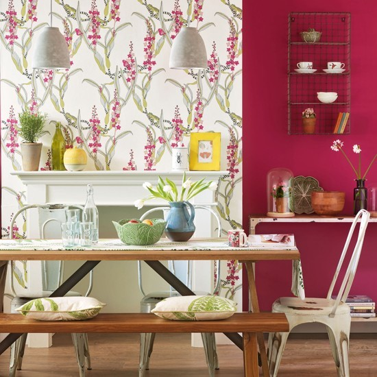 Petite salle à manger avec banquette et régime de décoration rouge