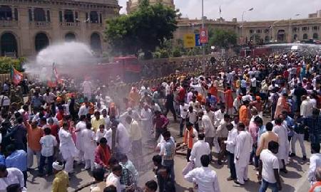 यूपी में भाजपा कार्यकर्ताओं पर लाठीचार्ज, भाजपाईयों ने किया पथराव