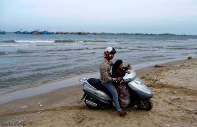 Scooter sur la plage dans un village de pêcheurs à Mui Ne au Vietnam